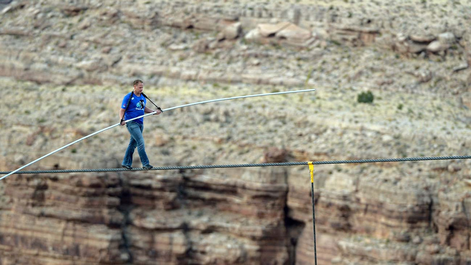 Nik Wallenda walks a high wire over the Grand Canyon 2013-Getty-H 2019