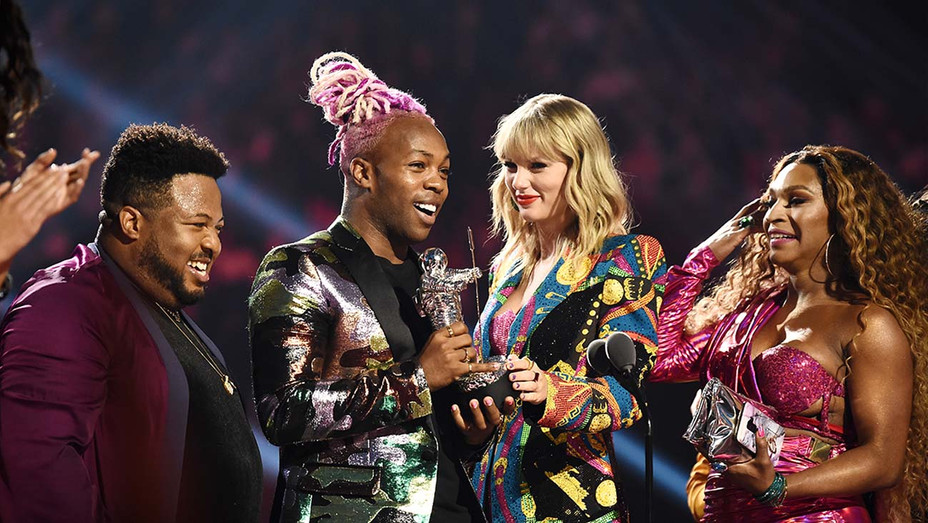 Todrick Hall and Taylor Swift receive 'Video For Good' award for onstage during the 2019 MTV Video Music Awards - Getty -H 2019