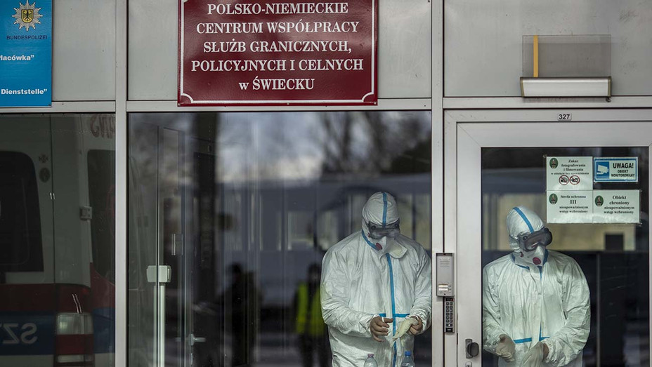 Health workers wear a protective mask near the German-Polish border on March 11, 2020 in Swiecko, Poland - Getty-H 2020
