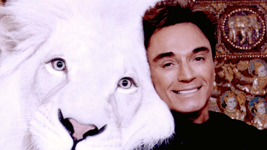 Roy pose with Pride, a white lion -October 3, 2003 in Las Vegas, Nevada - H 2020