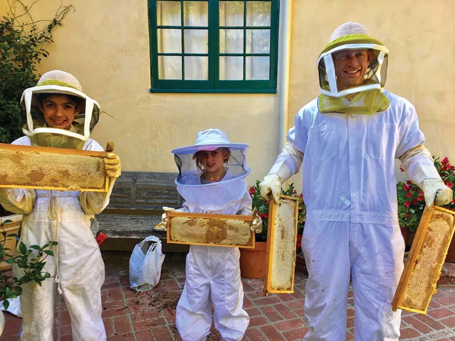 Stil - Gartenbienen - Paquette mit seinen Töchtern Libby (links) und Nina, alle in Imkeranzügen - EMBED 2020