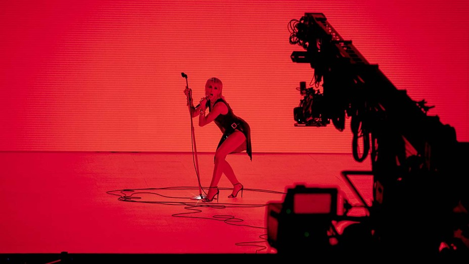 Miley Cyrus Performs New Single Midnight Sky At 2020 Mtv Vmas Hollywood Reporter