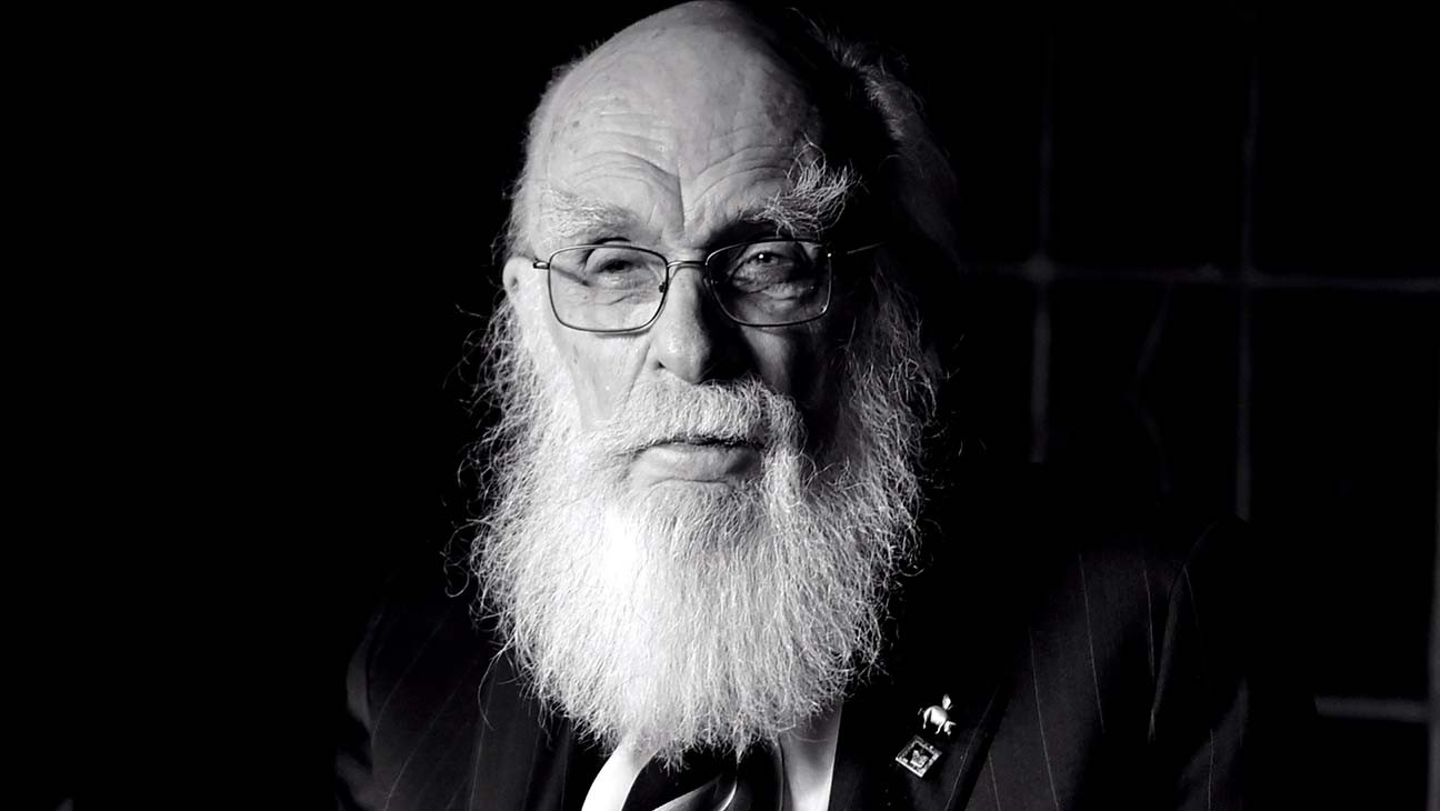 The Amazing Randi, Famed Magician and Escapologist, Dies at 92