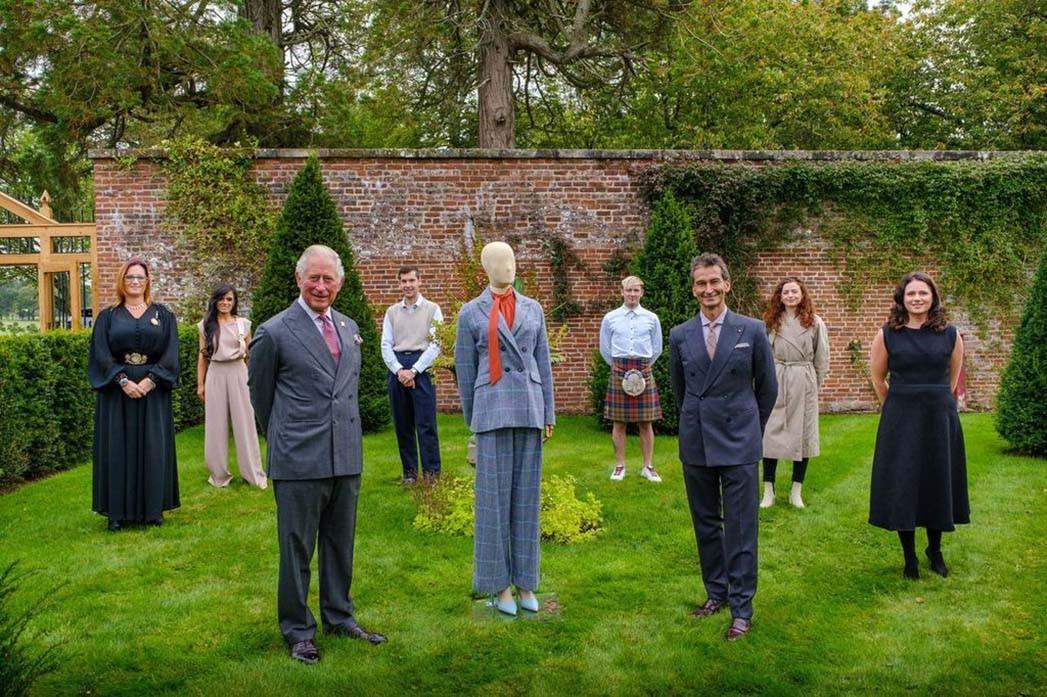 HRH Der Vorsitzende und CEO der Net-a-Porter-Gruppe von Prince of Wales & Yoox, Federico Marchetti, mit sechs der Designer bei der abschließenden Überprüfung der Kollektion im Dumfries House.