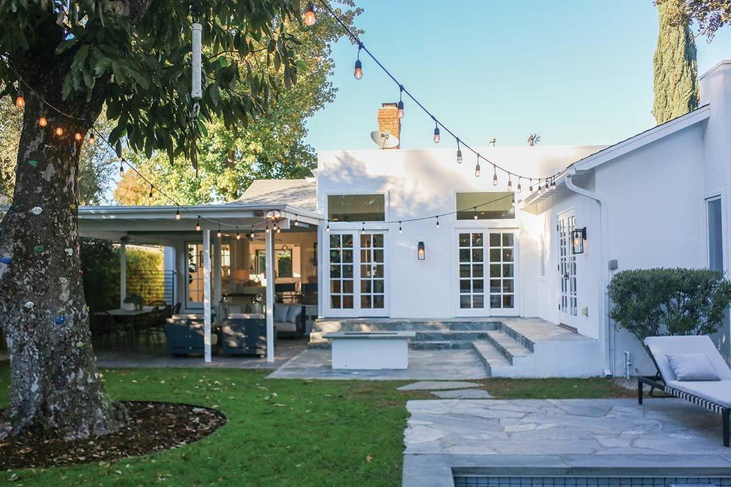Dieses 2.184 Quadratmeter große Haus mit drei Schlafzimmern in Sherman Oaks ist bei Alexis La Montagna von Coldwell Banker für 1,815 Millionen US-Dollar gelistet. Die Eigentümer, die einen Pool hinzugefügt haben, haben ihn 2012 für 935.000 USD gekauft.