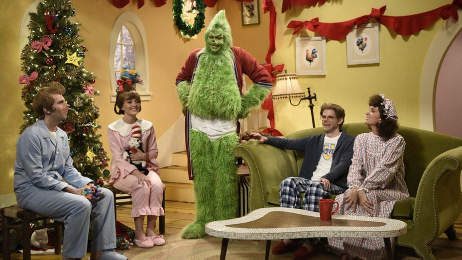 """Kyle Mooney, Chloe Fineman, Pete Davidson as The Grinch, Mikey Day, and host Kristen Wiig during """"The Grinch"""" sketch on Saturday, December 19, 2020"""