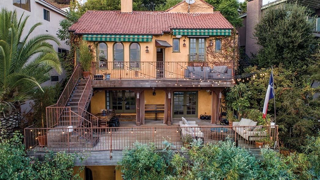 Der Schauspieler Billy Miller (Truth Be Told; Suits) verkauft dieses Haus im spanischen Stil aus den 1920er Jahren über dem Sunset Strip für 2,295 Millionen US-Dollar. Das 2214 Quadratmeter große Haus, das bei Sam Plouchart von The Agency gelistet ist, verfügt über drei Schlafzimmer, einen atemberaubenden Blick auf die Stadt, einen originalen Kamin und eine überdachte Loggia.