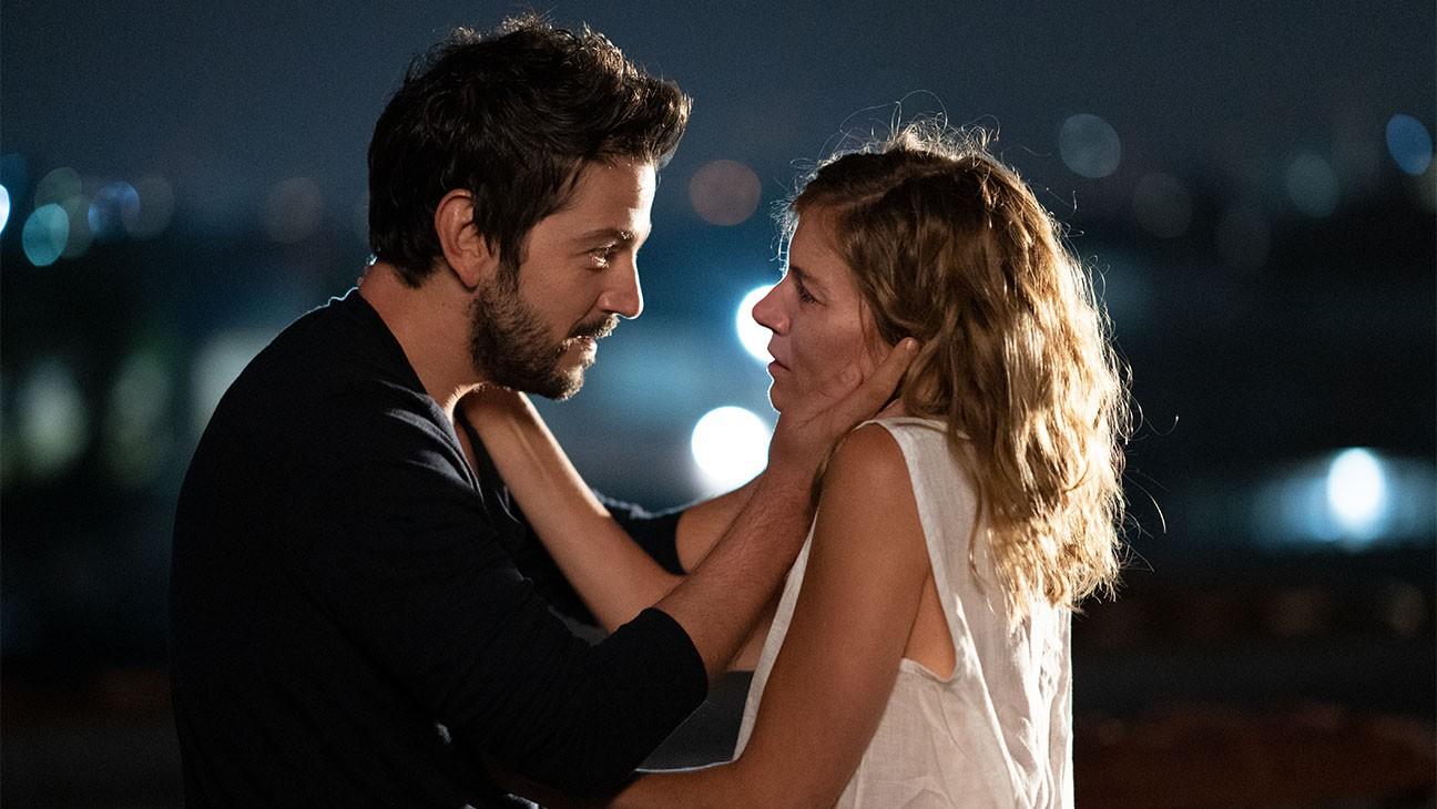"""Sienna Miller und Diego Luna in """"Wander Darkly""""."""