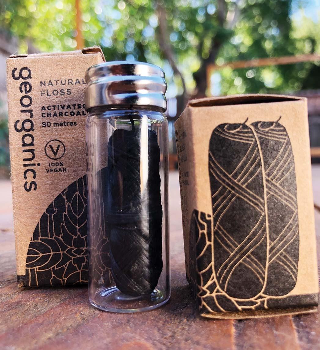 Kompostierbare Zahnseide, Georganics Kunststoffseide auf Maisbasis mit Aktivkohlepulver und Pfefferminzöl sowie nachfüllbarem Glasbehälter; $ 7, prostainable.com