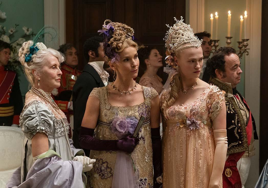 Joanna Bobin als Lady Copwer und Jessica Madsen als Cressida in Folge 103 von 'Bridgerton'.