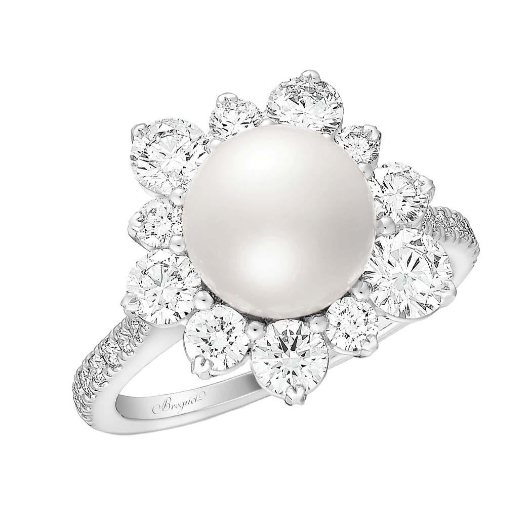 Breguets Ring Reine de Naples Perles Impériales weist eine von Diamanten umgebene Akoya-Perle auf. 25.500 US-Dollar, breguet.com.