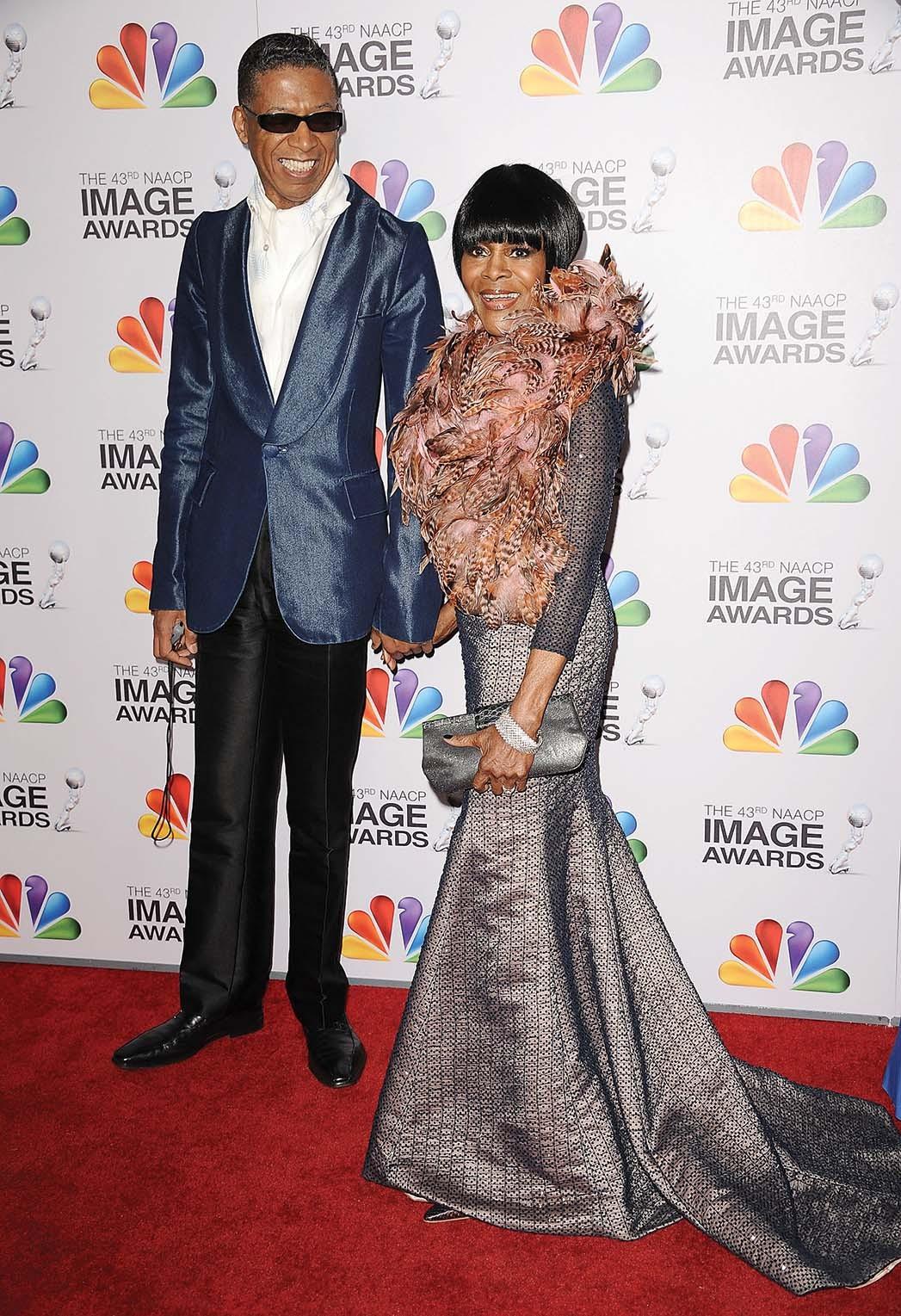 Die Schauspielerin mit dem Designer trägt bei den NAACP Image Awards 2012 sein trägerloses Meerjungfrauenkleid und seinen Bolero mit Federkragen.