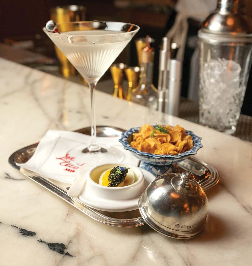 Bar Cecils $ 50 Martini (mit Beluga Gold Wodka) und Teufelsei mit Kaviar.